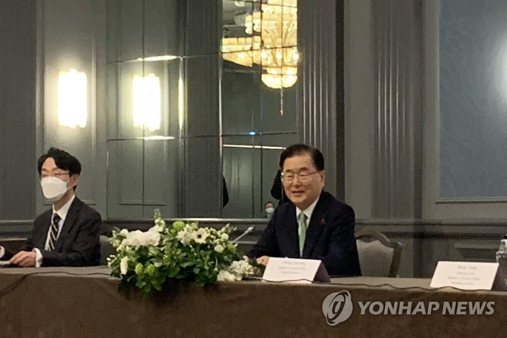 5月5日下午,在倫敦市區一酒店,為出席七國集團(G7)外長會議訪英的南韓外長鄭義溶(右)同美國國務卿安東尼·布林肯、日本外相茂木敏充舉行會談。 韓聯社
