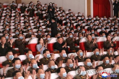 金正恩攜夫人李雪主觀看軍屬藝術演出