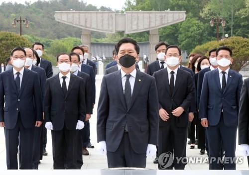 韓最大在野黨黨鞭參謁民運公墓