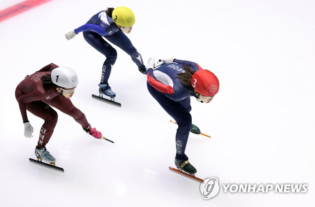 5月9日,在首爾市盧原區的泰陵滑冰場,沈錫希在1000米決賽中領跑。 韓聯社