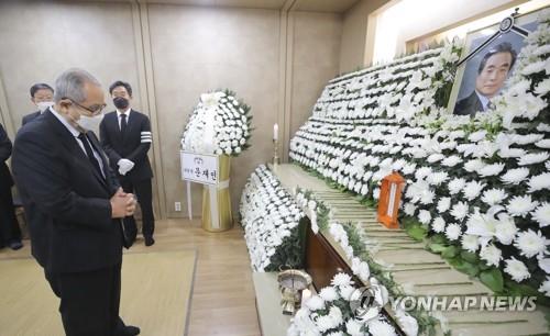 前總理李壽成弔唁已故前總理李漢東