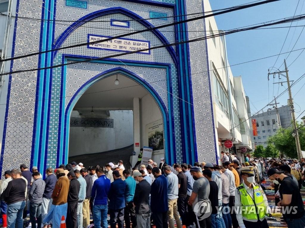 在韓穆斯林開齋節聚集禮拜