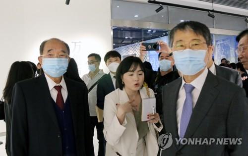 韓駐華大使觀看韓中水墨畫交流展