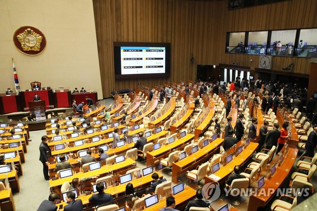 5月13日,在首爾市的汝矣島,國民力量黨籍議員集體退場抗議民主黨執意批准任命金富謙為總理。 韓聯社