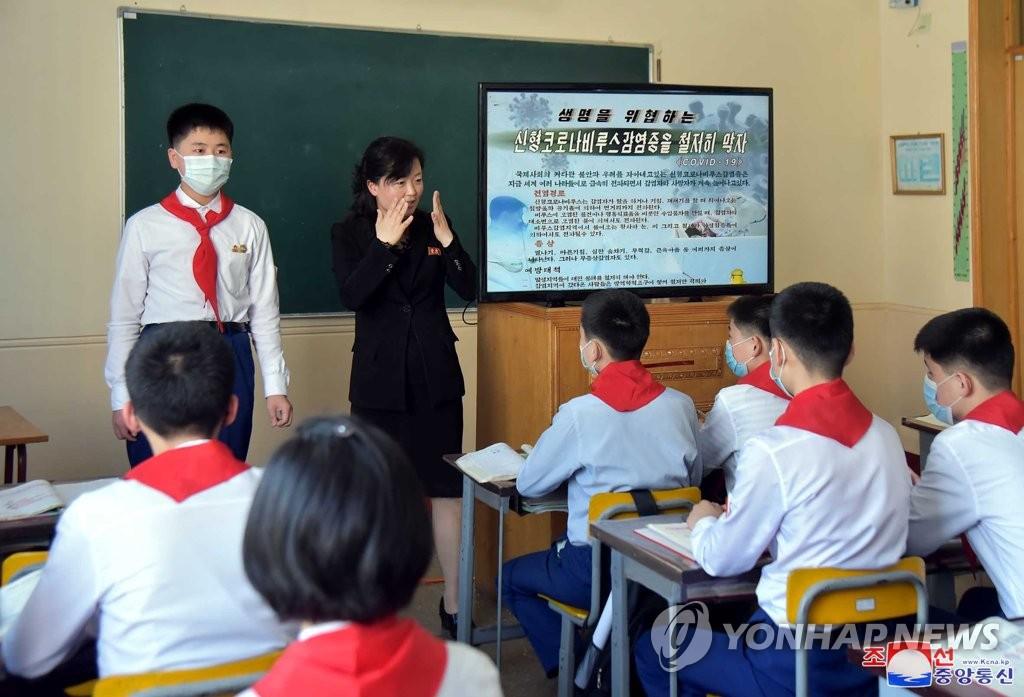 資料圖片:在位於朝鮮平壤市的一所初中,教師向學生們普及防疫守則。 韓聯社/朝中社(圖片僅限南韓國內使用,嚴禁轉載複製)