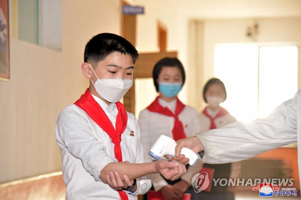 朝鮮初中生戴口罩測溫