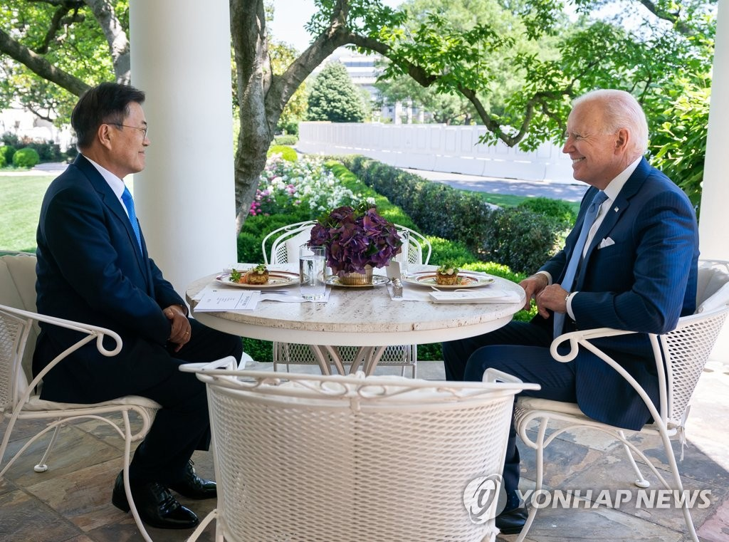 資料圖片:當地時間5月21日,在美國白宮,南韓總統文在寅(左)與美國總統拜登共進午餐。 韓聯社/青瓦臺供圖(圖片嚴禁轉載複製)