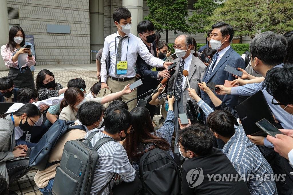 6月7日,在位於首爾市瑞草區的首爾中央地方法院,民事合議34庭7日駁回了84名二戰時期強徵勞工和其遺屬針對16家有關日企提起的索賠訴訟。圖為原告方在裁判結束後受記者採訪。 韓聯社