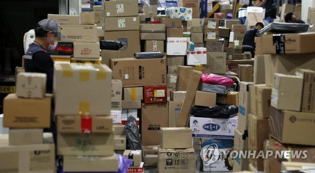 6月9日,在首爾綜合物流中心,因快遞工會罷工,快遞堆積如山。 韓聯社
