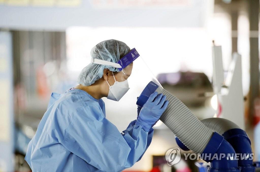 資料圖片:吹冷氣降溫的醫務人員 韓聯社