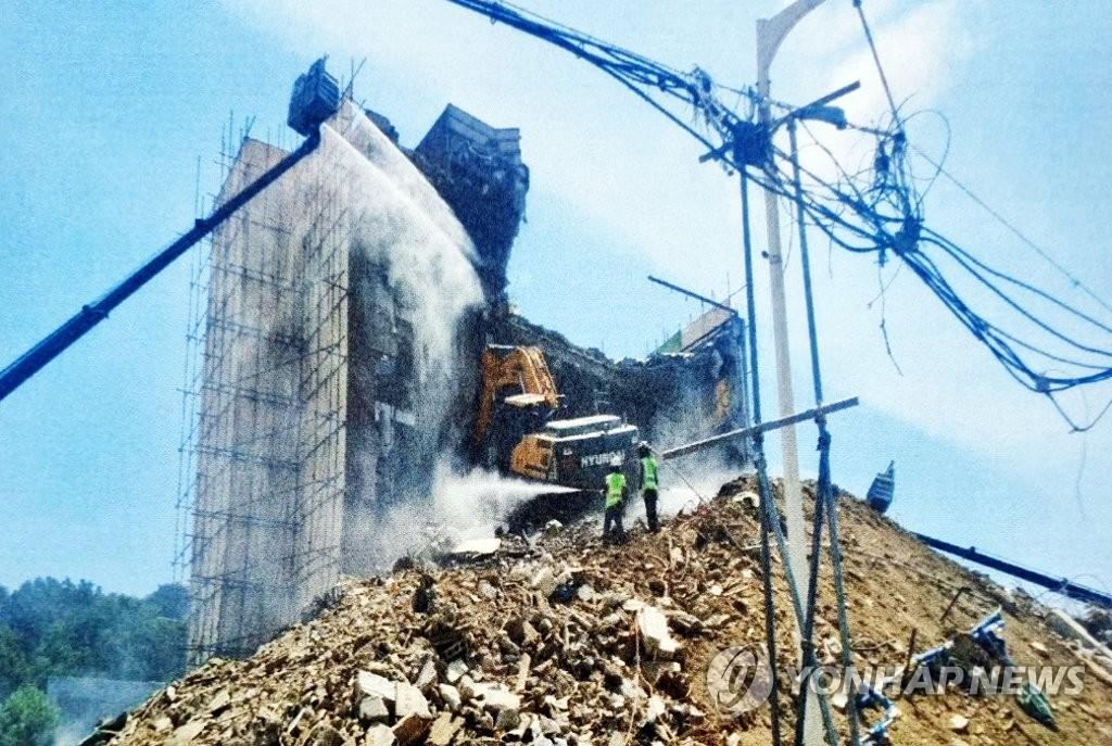 倒塌事故前的拆樓現場 讀者供圖(圖片嚴禁轉載複製)
