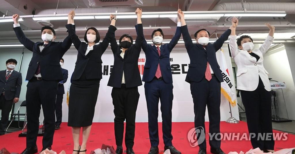 6月11日,在國民力量黨全黨大會上,當選黨首的李俊錫和最高委員們舉手慶祝。左起依次為青年最高委員金龍泰、裵賢鎮、趙修真、李俊錫、金在原、鄭美京。 韓聯社