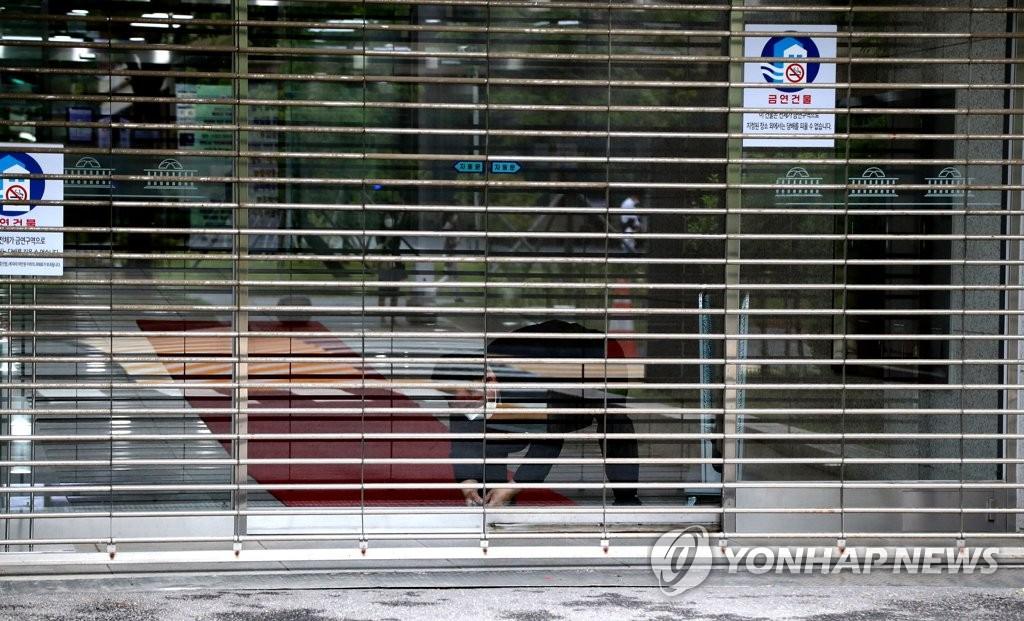 因共同民主黨籍議員安圭伯等5人確診感染新冠病毒,南韓國會主樓11日下午封鎖。 韓聯社