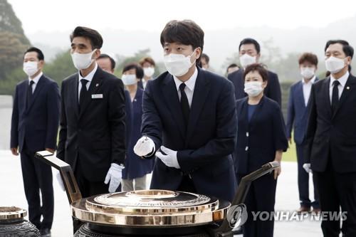 韓最大在野黨黨首參拜顯忠院
