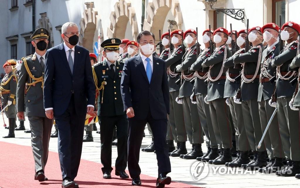 韓奧領導人檢閱儀仗隊
