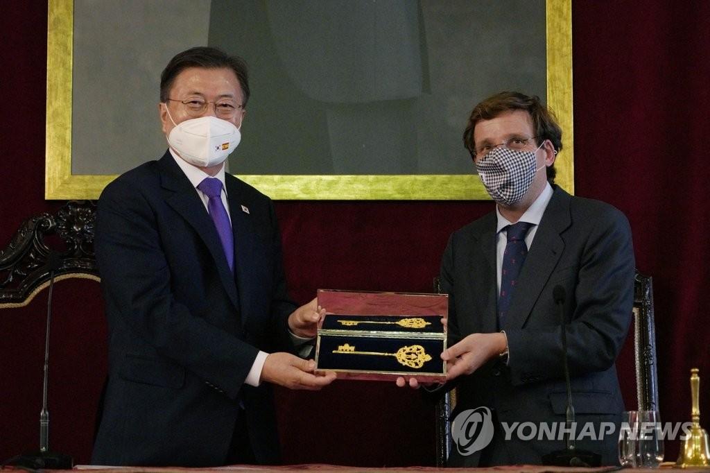 當地時間6月15日,馬德里市長馬丁內斯·阿爾梅達(右)向文在寅贈送金鑰匙。 韓聯社