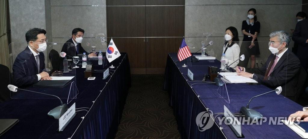 6月21日,在首爾市中區的樂天酒店,魯圭悳(左)和星·金進行朝核問題首席代表磋商。 韓聯社/聯合攝影記者團