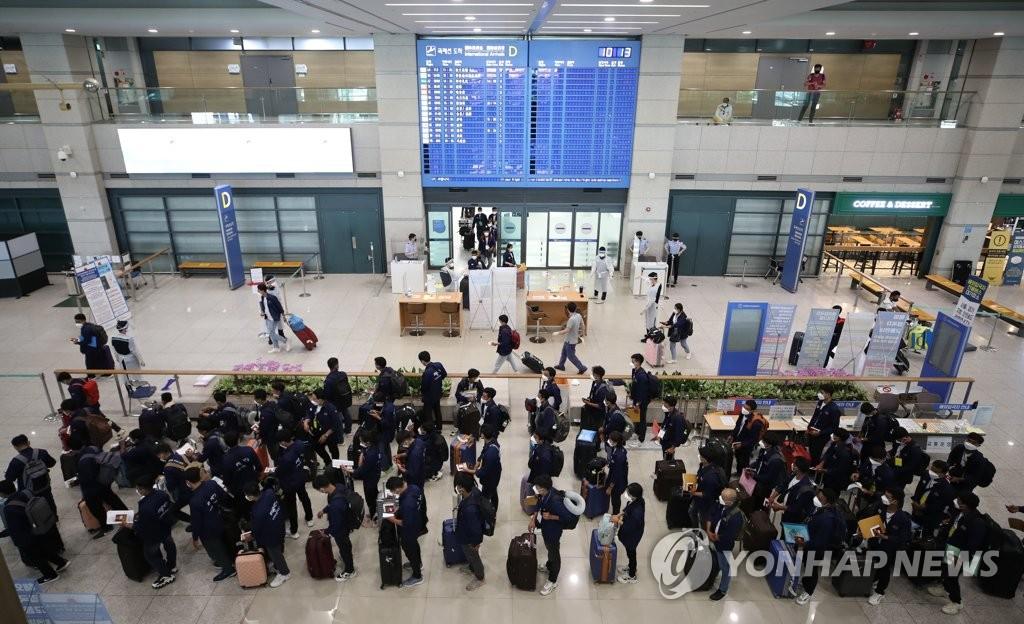 資料圖片:6月23日,在仁川國際機場到達大廳,抵韓外籍人員正在走入境流程。 韓聯社