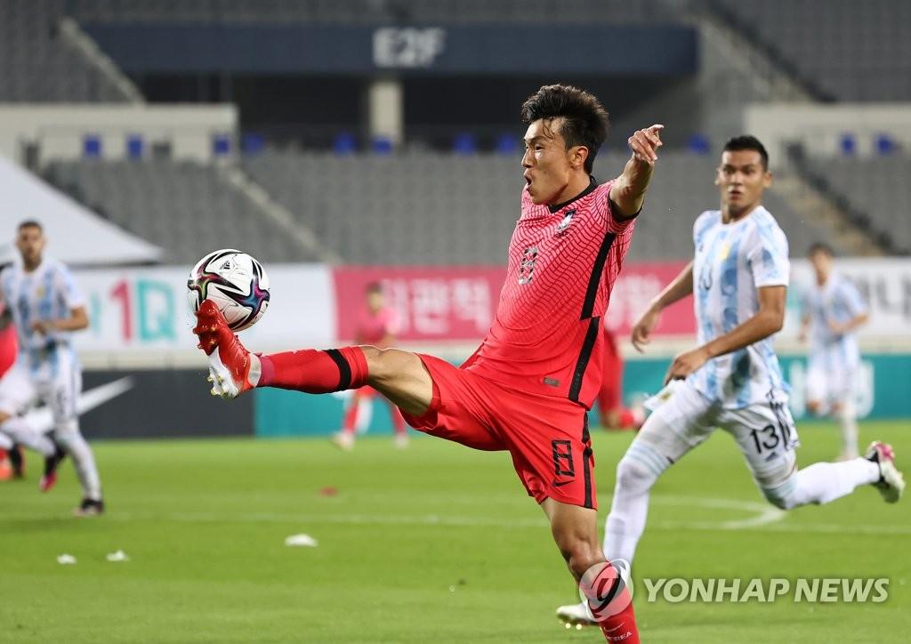 7月28日,在日本橫濱國際綜合競技場,南韓隊金鎮冶進攻。 韓聯社