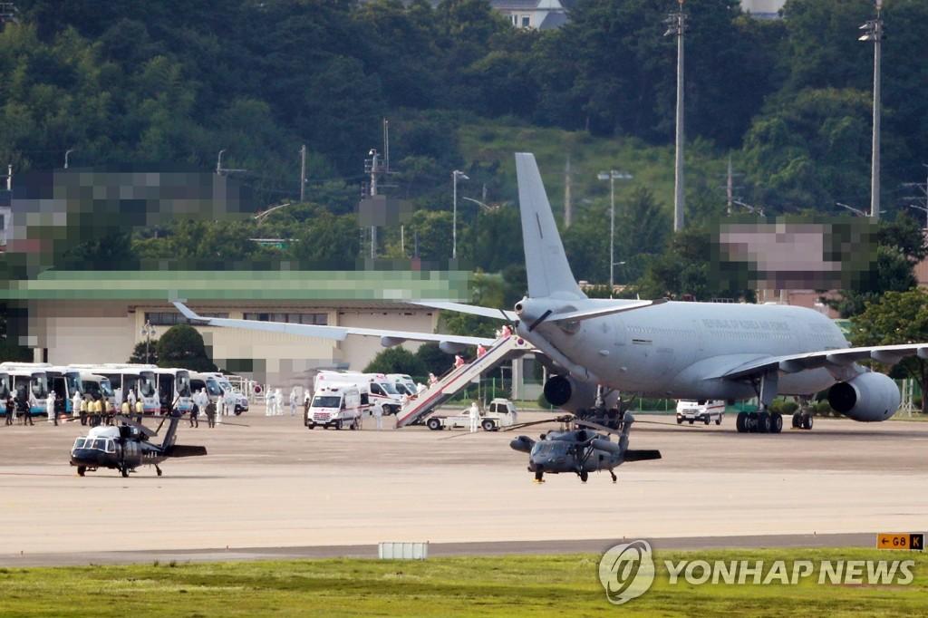 資料圖片:7月20日,在京畿道城南市首爾機場,一架載有集體感染新冠的南韓海軍第34批赴亞丁灣護航編隊官兵的軍機平安降落。 韓聯社