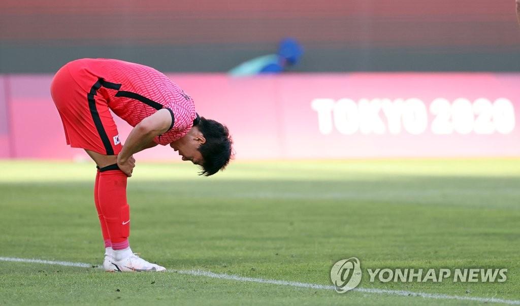 7月22日,在日本茨城縣立鹿島足球場,南韓隊在東奧男足小組賽B組首輪對陣紐西蘭的比賽中以0-1惜敗。圖為權昶勳射門被撲出後低頭抱憾。 韓聯社