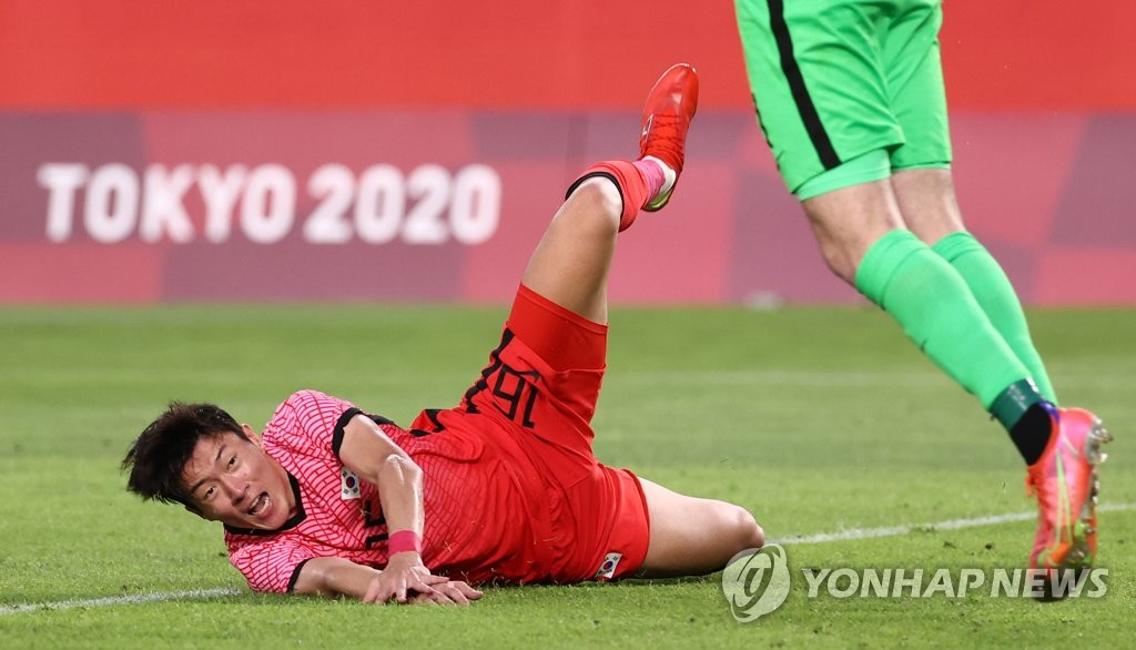 7月22日,在日本茨城縣立鹿島足球場,南韓隊在東奧男足小組賽B組首輪對陣紐西蘭的比賽中以0-1惜敗。圖為黃義助嘗試攻門後跌倒。 韓聯社