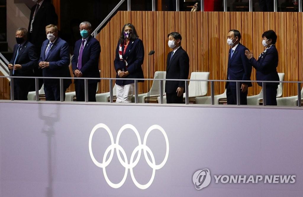 資料圖片:7月23日,在日本新國立體育場舉行的東京奧運會開幕式,日王德仁(右三)宣佈奧運會開幕。 韓聯社