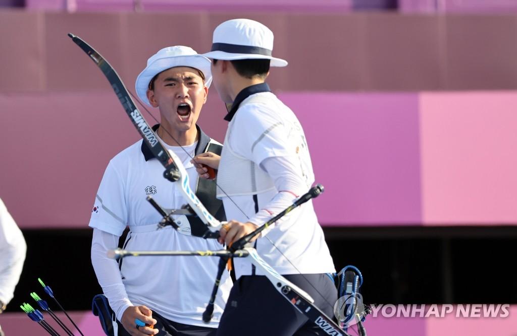 7月24日,在東京夢之島公園射箭場,南韓射箭運動員金濟德(左)和安山在東京奧運射箭混合團體賽決賽上咆哮。 韓聯社