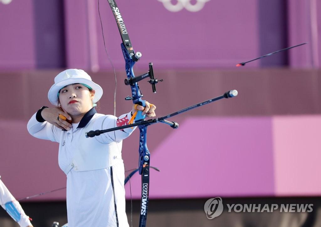 7月25日下午,在東京夢之島公園,南韓女子射箭隊隊員張珉喜在團體決賽上射出一箭。 韓聯社