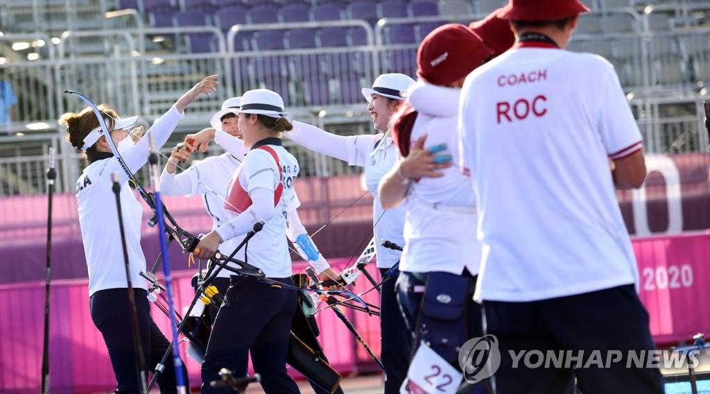 7月25日下午,在東京夢之島公園,南韓女子射箭隊獲得團體賽金牌後歡呼慶祝。 韓聯社