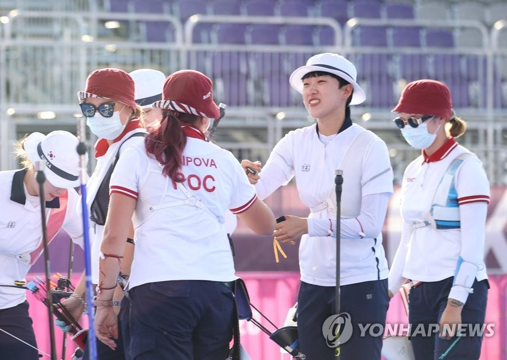7月30日,在夢之島公園進行的東京奧運會射箭女子個人決賽中,南韓射箭隊小將安山(右二)與俄羅斯奧運隊奧錫波娃·葉連娜擊拳示意。 韓聯社