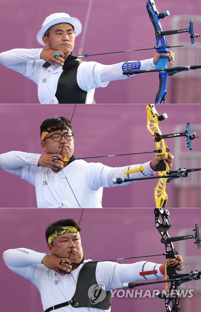 7月26日,在日本東京夢之島公園舉行的東京奧運會射箭男子團體決賽上,南韓隊金濟德(從上到下)、金優鎮、吳真爀組合拉開弓箭,瞄準箭靶。 韓聯社