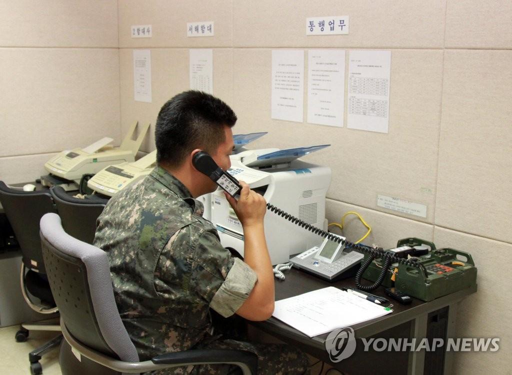 資料圖片:2013年9月6日,一名韓軍官兵正通過西海軍事熱線同朝方進行試通話。 韓聯社(圖片嚴禁轉載複製)