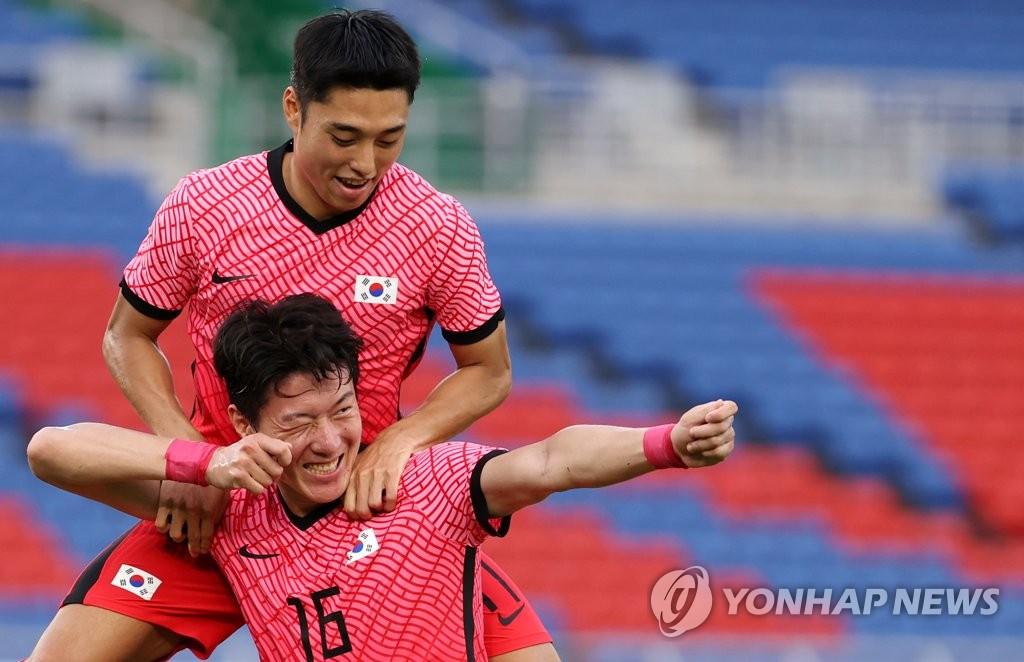 7月28日,東京奧運會男子足球小組賽B組第三輪比賽在橫濱國際綜合競技場進行,南韓隊迎戰宏都拉斯隊。黃義助為南韓隊打入第二粒進球後,擺出射箭姿勢慶祝進球。南韓隊以3比0結束上半場。 韓聯社