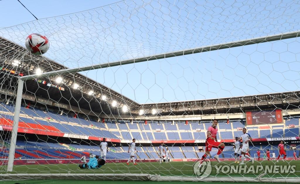 7月28日,在日本橫濱國際綜合競技場,南韓隊元鬥載進球。 韓聯社