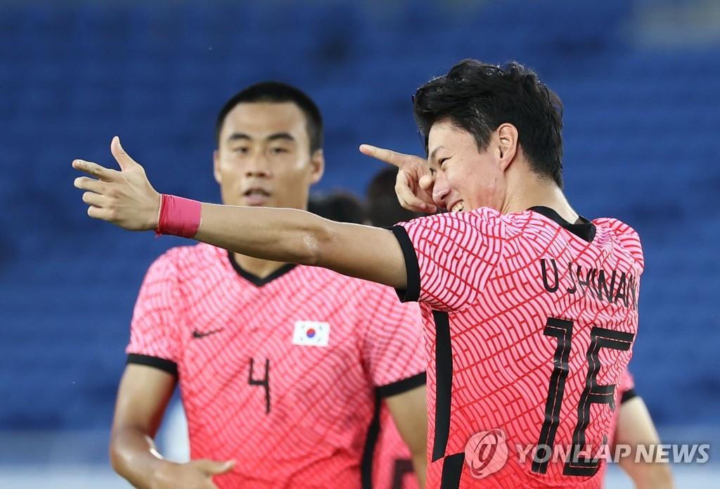 7月28日,在日本橫濱國際綜合競技場,南韓隊黃義助(右)擺出射箭姿勢慶祝進球。 韓聯社