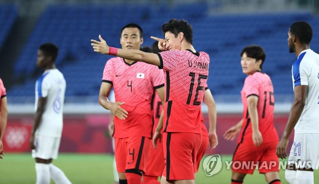 7月28日,在日本橫濱國際綜合競技場,南韓隊黃義助(右)慶祝進球。 韓聯社