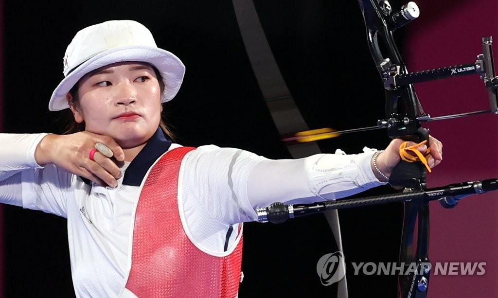 28日,在東京夢之島公園射箭場,南韓頂尖選手姜彩榮參加東京奧運會射箭個人淘汰賽。 韓聯社