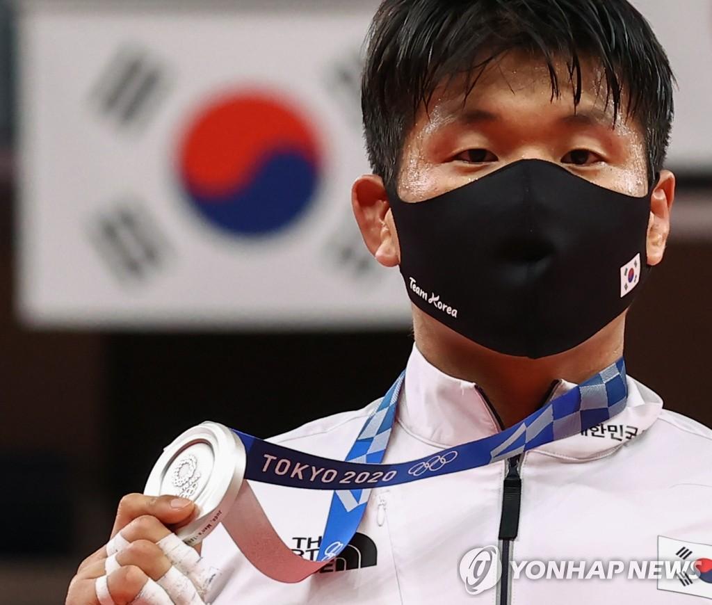 7月29日,在日本武道館舉行的東京奧運會柔道男子100公斤級決賽中,南韓選手趙求含(音)獲得銀牌。 韓聯社