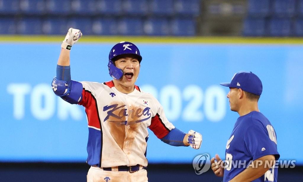 7月29日,在東京奧運會棒球分組迴圈賽B組第一輪南韓隊對陣以色列的比賽中,南韓隊以6比5險勝以色列取得開門紅。圖為吳智煥歡呼。 韓聯社