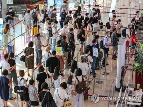 機場國內線人潮擁擠