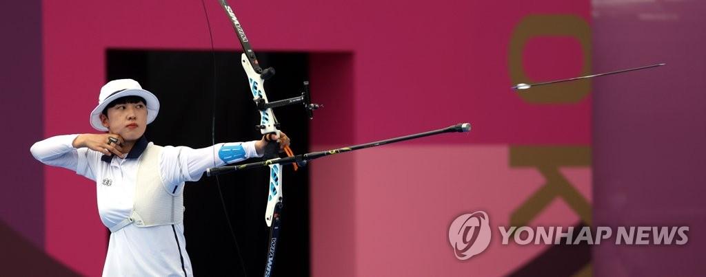 7月30日,在日本東京夢之島公園,南韓射箭運動員安山開弓射箭。 韓聯社