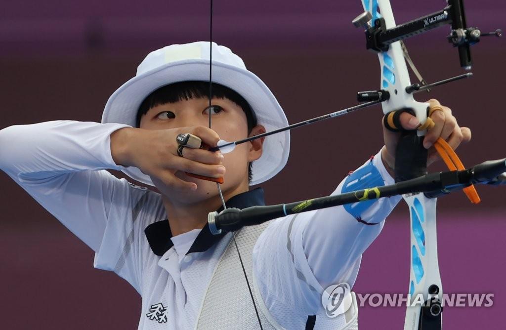 7月30日,在東京夢之島公園進行的東京奧運會射箭女子個人決賽中,南韓射箭隊小將安山以6比5戰勝俄羅斯奧運隊奧錫波娃·葉連娜,斬獲金牌。 韓聯社