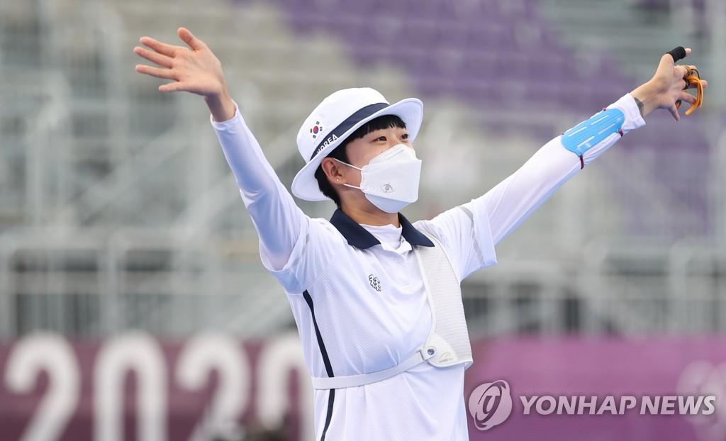 7月30日,在夢之島公園進行的東京奧運會射箭女子個人決賽中,南韓射箭隊小將安山戰勝俄羅斯奧運隊奧錫波娃·葉連娜,斬獲金牌。 韓聯社