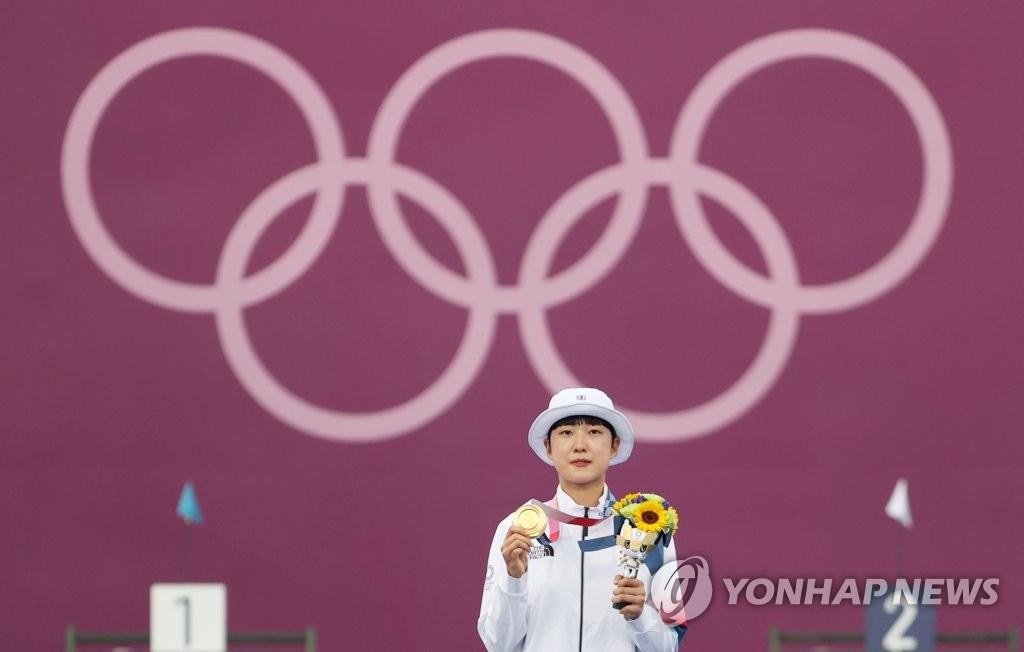 7月30日,在夢之島公園進行的東京奧運會射箭女子個人決賽中,南韓小將安山戰勝俄羅斯奧運隊奧錫波娃·葉連娜,斬獲金牌。圖為安山在頒獎儀式上展示金牌。 韓聯社