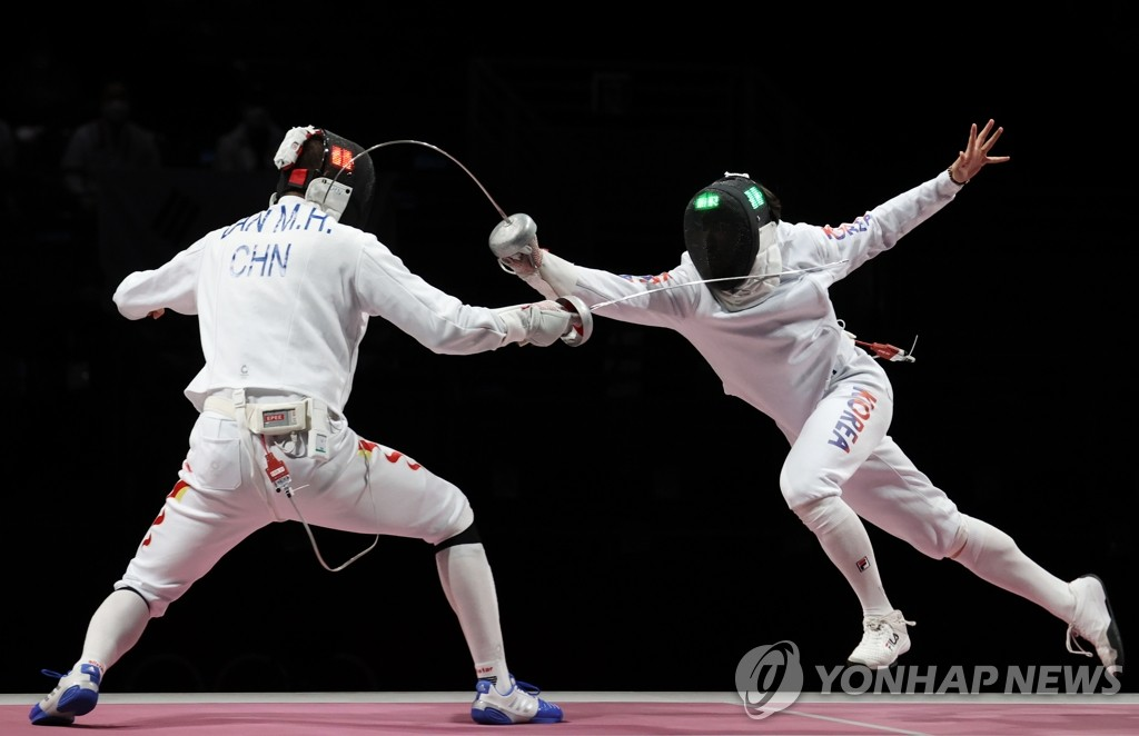 7月30日,在日本幕張展覽館舉行的東京奧運會男子重劍團體賽銅牌爭奪戰賽場,南韓隊迎戰中國隊。圖為南韓隊樸相永刺中得分。 韓聯社