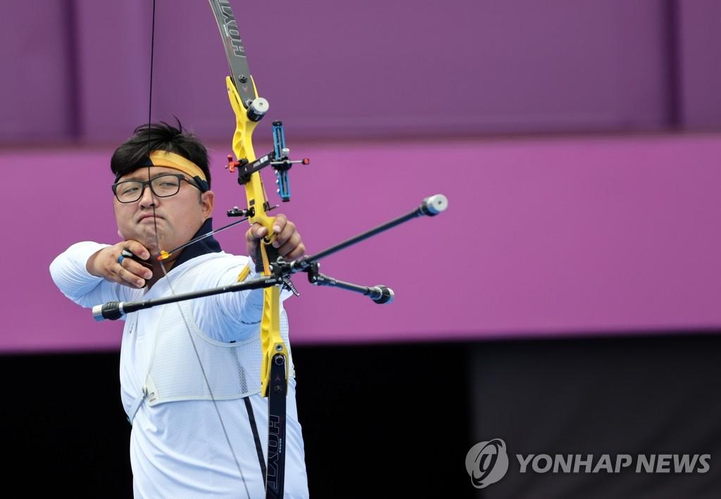 7月31日,在東京夢之島公園射箭場進行的東京奧運會射箭比賽個人賽中,南韓選手金優鎮戰勝馬來西亞選手莫哈邁德晉級八強。圖為金優鎮射箭。 韓聯社