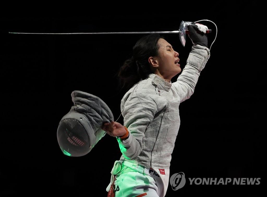 7月31日,在東京奧運會擊劍女子佩劍團體銅牌爭奪戰賽中,南韓隊戰勝義大利隊獲得銅牌,書寫歷史。圖為南韓隊員們激動地相擁而泣。 韓聯社