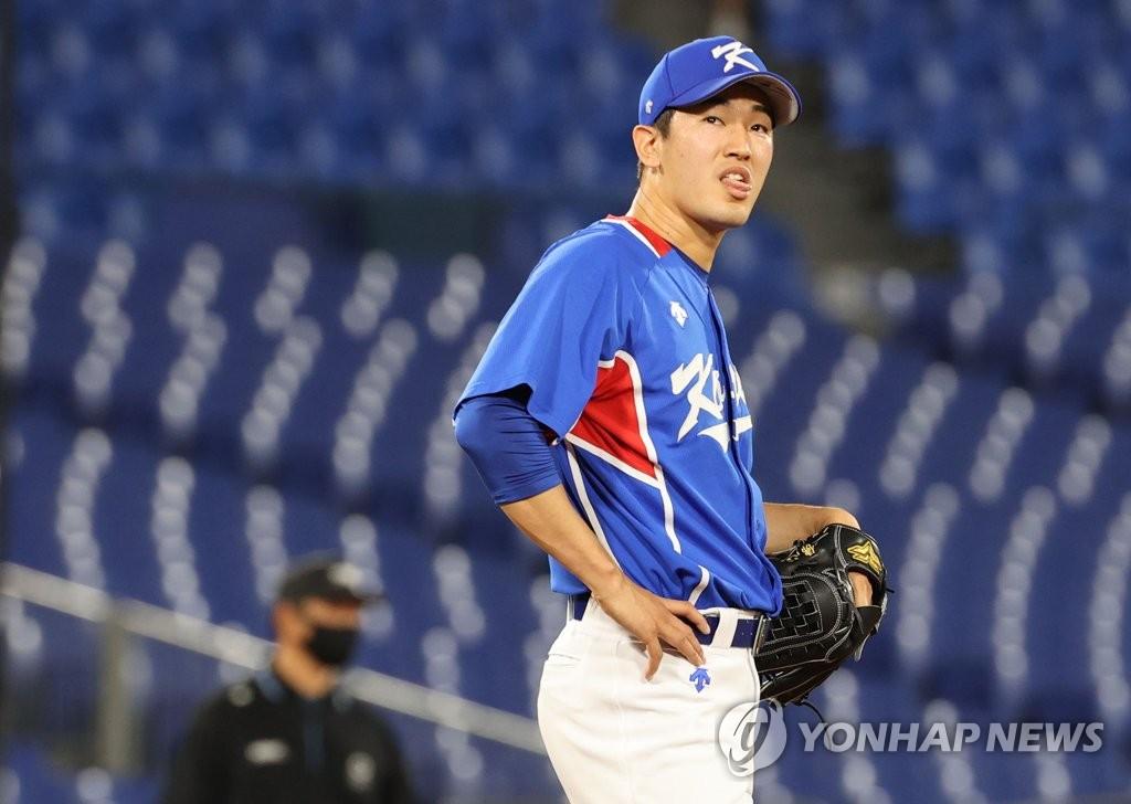 7月31日,東京奧運會棒球分組迴圈賽B組第二輪南韓隊對陣美國的比賽在日本橫濱棒球場進行。圖為南韓隊高永表。 韓聯社