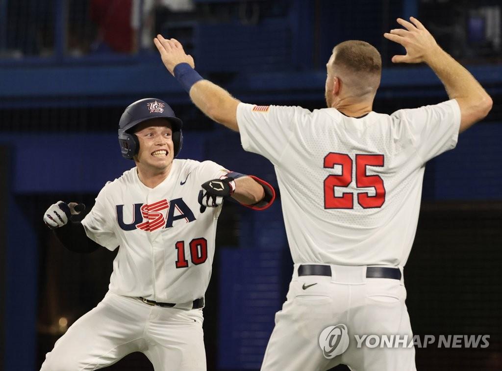 7月31日,東京奧運會棒球分組迴圈賽B組第二輪南韓隊對陣美國的比賽在日本橫濱棒球場進行。圖為美國隊尼克·艾倫(左)慶祝得分。 韓聯社